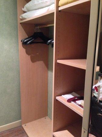 Grand Hotel Astoria: Walk-In Closets!