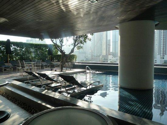 Pullman Bangkok Hotel G : Piscina exterior con vistas al skyline de la ciudad