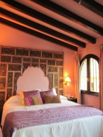 El Rey Moro Hotel Boutique Sevilla: Comfy bed with rafters over it.