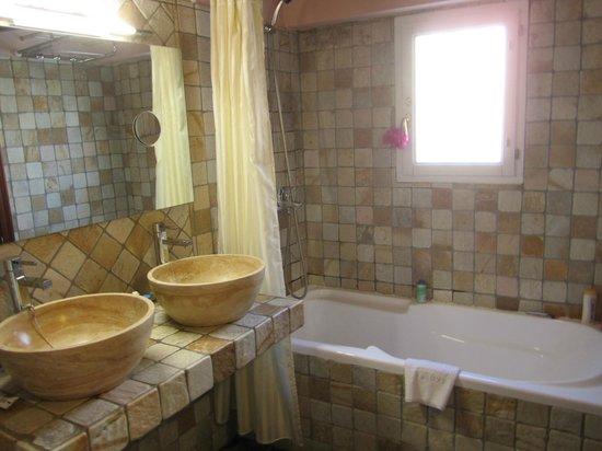 El Rey Moro Hotel Boutique Sevilla: Very clean bathroom.
