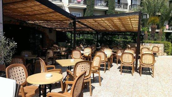 Anais Bay Hotel : завтраки на улице