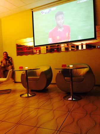 prizeotel Bremen-City: Watching the match on the big screen in the hotel