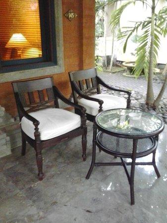Puri Santrian: porch