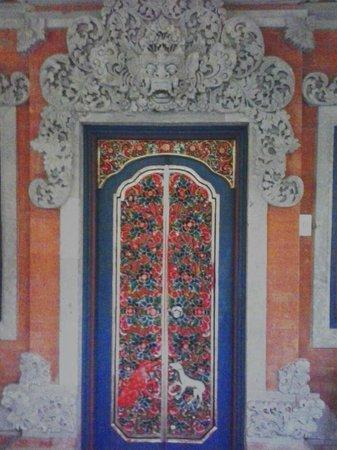 Puri Santrian: door to room