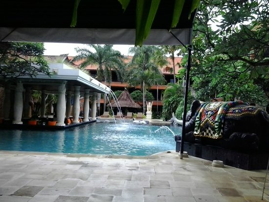Puri Santrian: pool bar