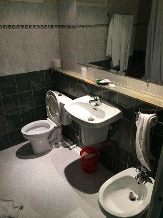 Hotel Chems : Banheiro do quarto