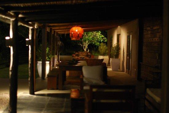 Posada la Merced: Porche con mesas y sillas fuera de las habitaciones