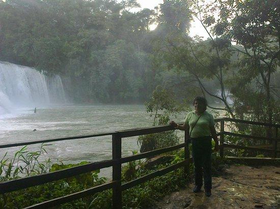 Cascadas de Agua Azul : la belleza de la naturaleza del lugar adornada por la belleza femenina