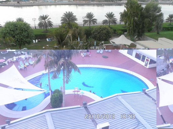Hotel Holiday International Sharjah : Вид на бассейн