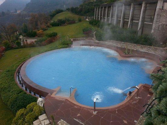 Lefay Resort & Spa Lago di Garda: piscina esterna riscaldata con idromassaggio e cascate
