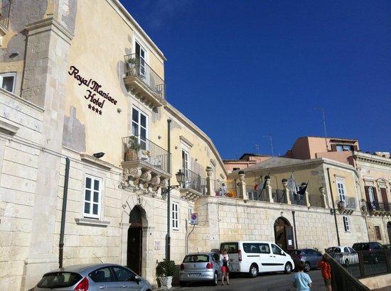 Royal Maniace Hotel: facade