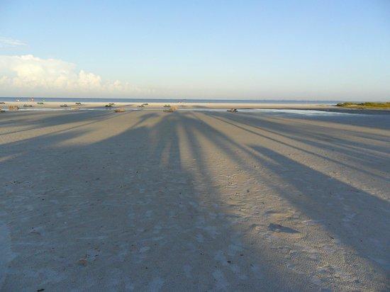 Outrigger Beach Resort: spiaggia bellissima al mattino