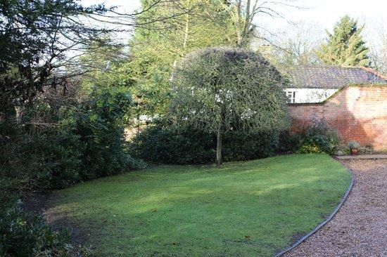 Bridge House B&B: The front garden