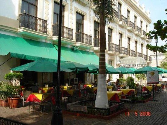 Gran Hotel de Merida: Fachada, restaurante exterior