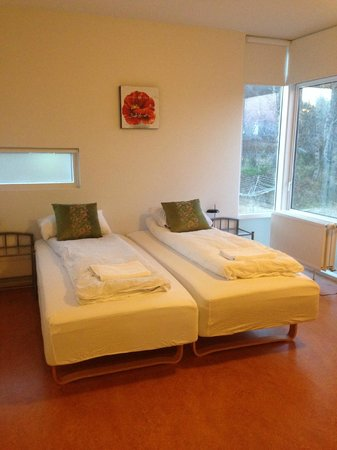 Golden Circle Apartments: Larger bedroom
