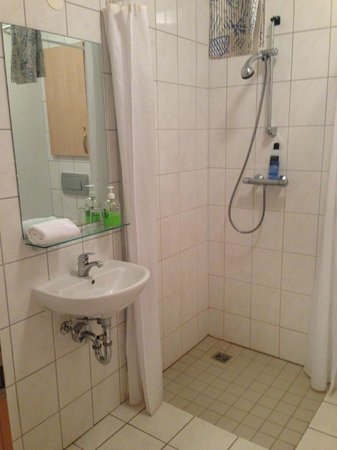 Golden Circle Apartments: Bathroom
