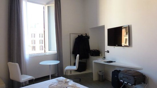 Piazza di Spagna Suites: bedroom tv, safe, fridge, coffee tray