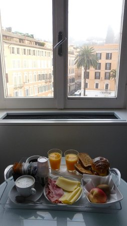 Piazza di Spagna Suites: breakfast with view