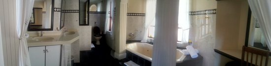 Bradach Manor: Full panoramic view of the bathroom