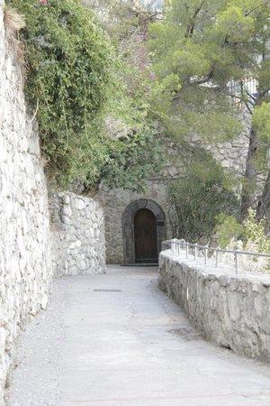 Covo Dei Saraceni: Walk alongside the mountain near hotel