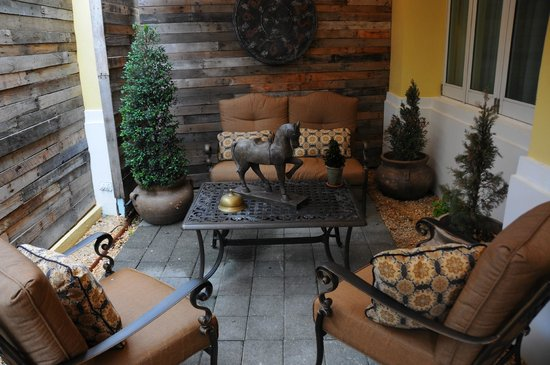 Olive Boutique Hotel : Hotel front patio sitting area