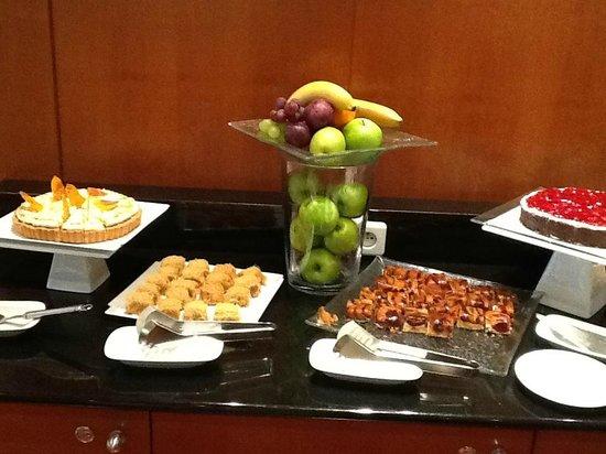 Hilton Prague: jummy cakes in Excutive lounge