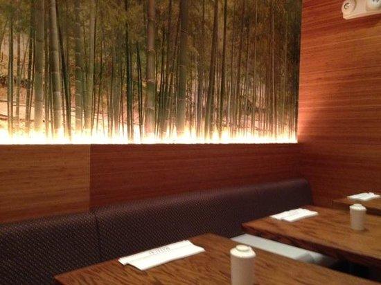 Matsuri Japanese Restaurant: 竹の絵に間接照明が当たって良い雰囲気になっています。