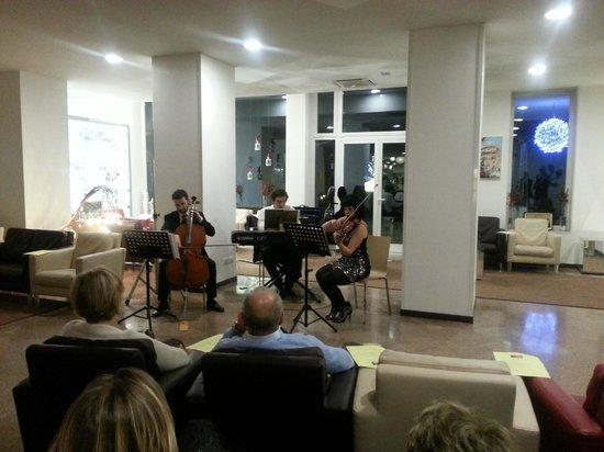 Hotel Mioni Royal San: Musica d'altri tempi, eseguita da giovani del Conservatorio.