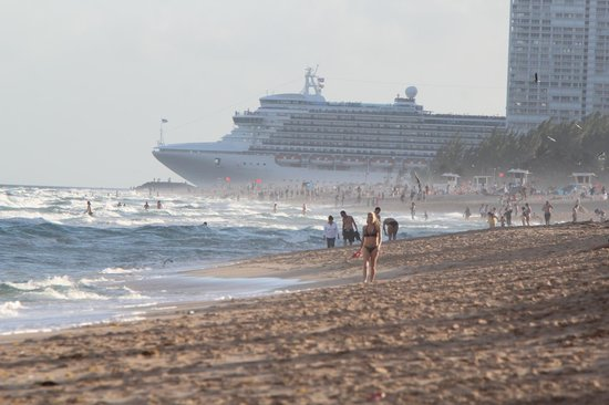 The Westin Beach Resort, Fort Lauderdale : Cruise leaving port from beach in front of hotel