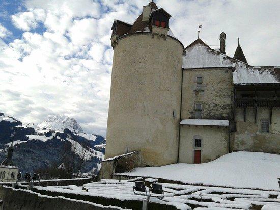 Castillo de Gruyères: Castelo com os Alpes como fundo!