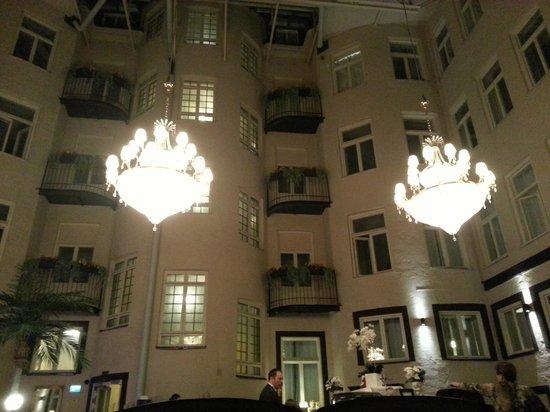 Best Western Hotel Bentleys: Roofed yard - Lobby, reception