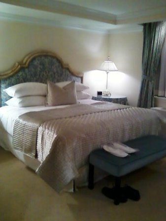 The Michelangelo Hotel: Lovely bedding and drapes in large bedroom