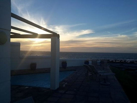 Oystercatcher Lodge: Sunset from the pool area