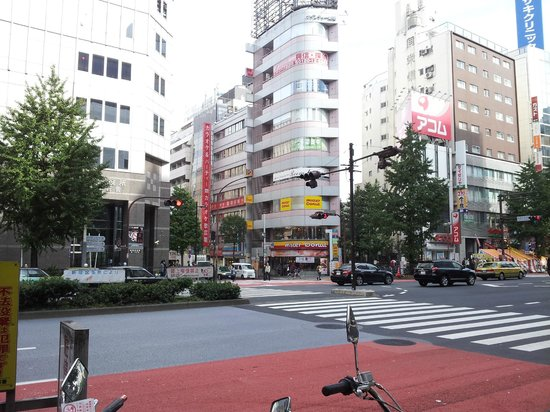 Citadines Central Shinjuku Tokyo: The big road before the hotel (Go towards the Mister Donut!)