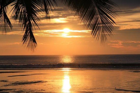 Jaco Laguna Resort & Beach Club : Sunset from the Tiki Bar/Pool Area
