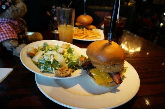 Hard Rock Cafe: Der Legendary Burger mit Caesar Salad statt Pommes