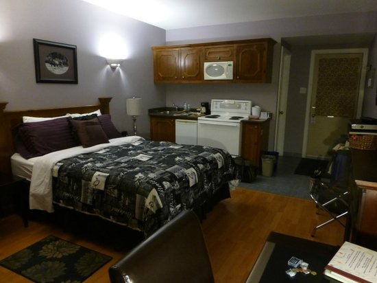 Antigonish Evergreen Inn: king room with range, frig, sink, cupboards