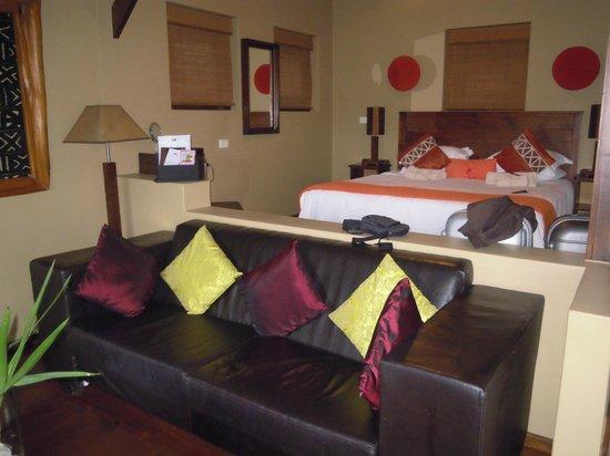 Hog Hollow Country Lodge: letto e divanetto