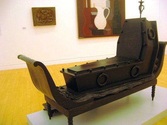 Musée d'Art moderne et contemporain : Оказывается, в гробу можно сидеть полулежа! Автор - Магритт