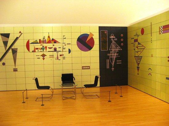 Musee d'Art Moderne et Contemporain: Комната, стены которой разрисованы Кандинским