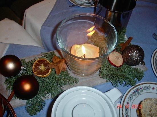 Imperial Hotel: новогодние элементы декора на обеденном столе