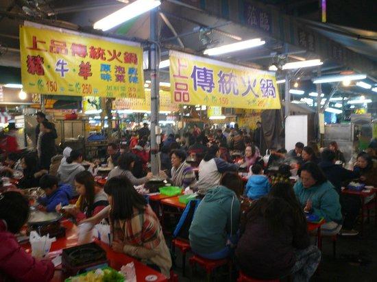 Ruifeng Night Market: 食事屋台のエリア。どこを歩いても臭豆腐の臭いが漂って食欲減