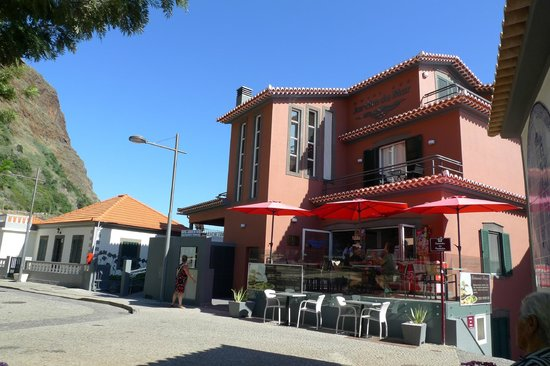 Hotel Jardim do Mar : front of hotel with small cafe - delicious ice cream!
