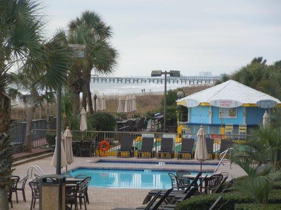 Compass Cove Oceanfront Resort : Pool near Tiki Hut and Shuffle Board