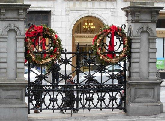 Ruth's Chris Steak House: Gate at Entrance