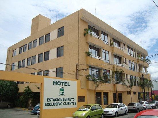 Hotel & Suites Campestre Morelia: FACHADA ESTACIONAMIENTO
