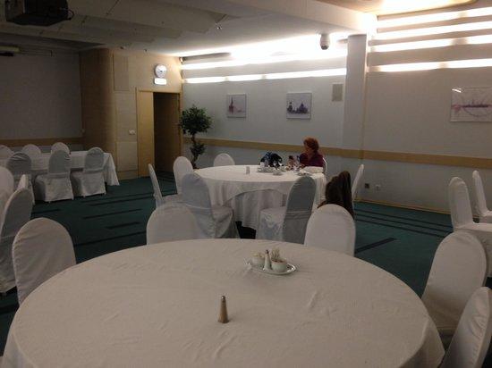 Ambassador Hotel : Salle de restaurant pour touristes français en groupe
