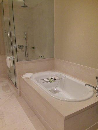 InterContinental Boston: Soaking Tub and Rainfall Shower