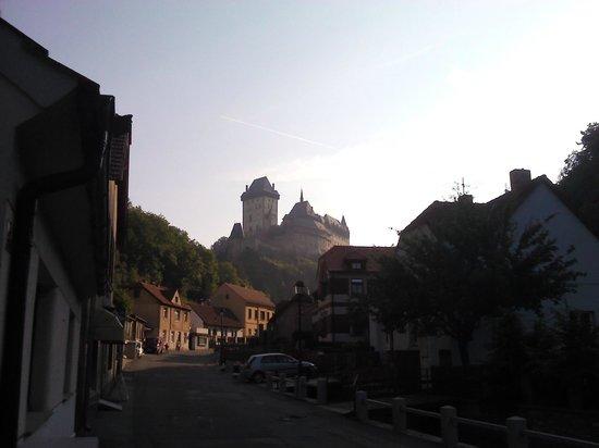 Hotel Karlstejn: К замку и к отелю одна дорога