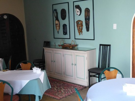 Graton Guest House: Masks in the breakfast room